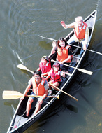 鶴見川でカヌー楽しむ