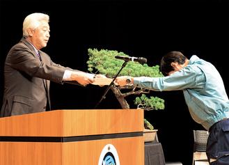 代表社員より安全宣言を受け取る土志田社長(左)