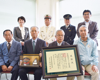 感謝状を持つ藤村会長と同会メンバーら