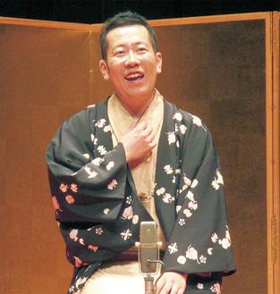 講演する林家木久蔵氏