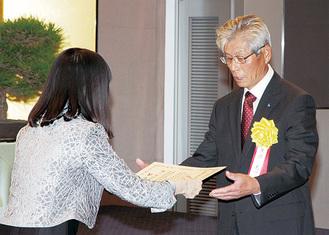松林恵子税務署長から表彰。写真は黒沼光一氏
