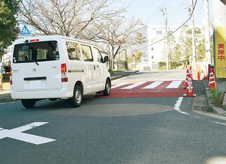 スムース横断歩道手前で減速する車両