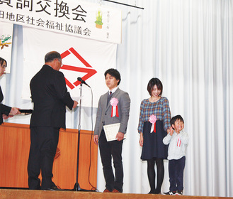認定書を手渡す井上会長(左)