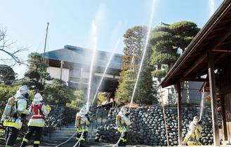 消防隊が一斉放水をする様子