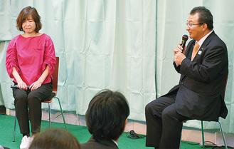 大泉さんと檀上でトークをする斉藤氏(右)