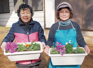 寄せ花を持つ同会メンバー