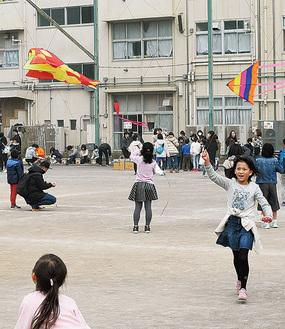 凧揚げを楽しむ児童ら