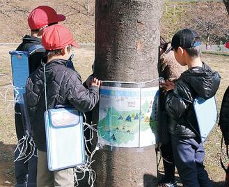 ポスターを取り付ける児童たち