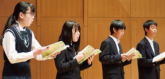 審査曲を合唱する参加者