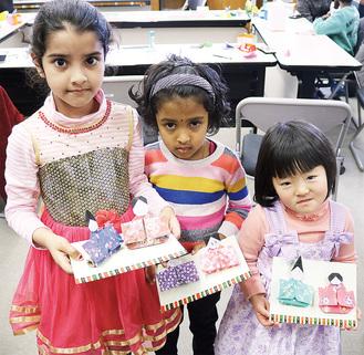 作成した折り紙を持つ子どもたち