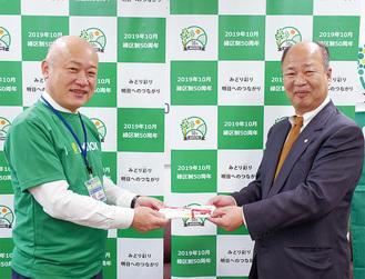 小野崎緑区長へ協賛金を手渡す井上会長(右)