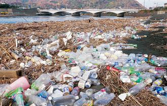 プラスチックごみで覆われる県内の河川の河口提供/公益財団法人かながわ海岸美化財団