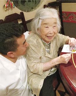 川畠さんに笑顔で話しかける鳥海オーナー(左)