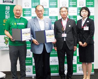 贈呈されたフレーム切手を手にする塚田委員長(左から2番目)