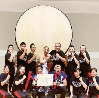 優勝した江下さん(上段中央)と打鼓音のメンバーら(打鼓音提供)