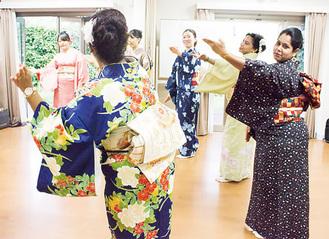 着物で踊る参加者たち