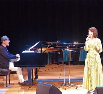 歌声を披露する大島花子さん(右)