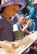 竹箸で食べるソーメン