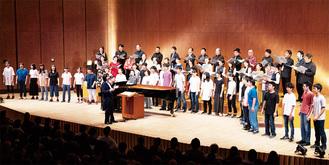 山田和樹氏、東京混声合唱団と同じ舞台に立つ中学生(神奈川県立音楽堂提供)