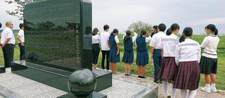 大平山霊園を見学する生徒ら(鴨居中学校提供)