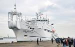 訓練で着岸したKDDIのケーブル保守船