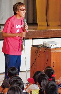 白杖をつきながら講話する高橋選手