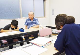 学習支援をする講師(中央)
