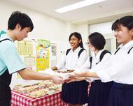 生徒が縫った雑巾を贈呈