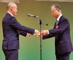 小野崎区長から表彰される狩野氏(右)
