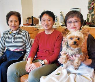 らんちゃんを抱く太田さん(右)と雄一郎さん(中央)、荒井さん(左)
