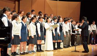東京混声合唱団と一緒に合唱した中学生