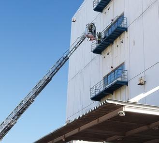 4階にいる要救助者を助ける様子