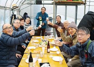 乾杯で収穫を祝う園の利用者ら