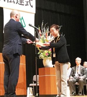 小野崎区長(左)から委嘱状が伝達された