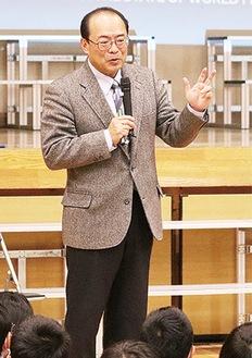 児童の前で講演する澤田氏
