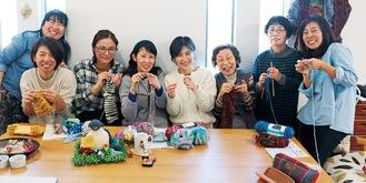 編み物をしながら、笑顔を見せる参加者ら