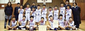 メダルや賞状を手に笑顔の長津田第二の選手ら