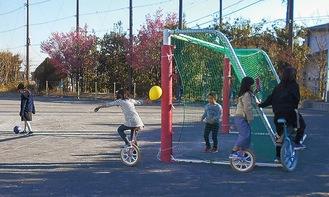 一輪車などで遊ぶ児童(山下みどり台小放課後キッズクラブ提供)