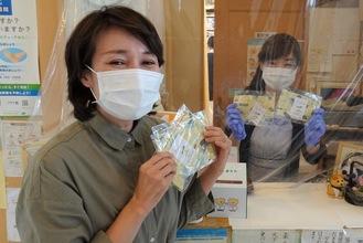 寄贈するマスクを持つ池澤施設長(左)と高津内科医院スタッフ