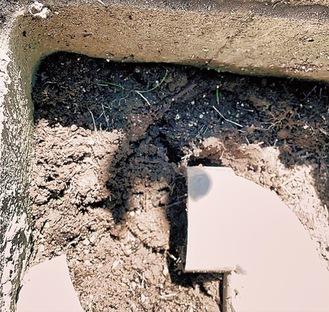 土が詰まった雨水マス