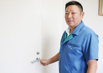 「フッくん」を使用してドアを開ける加藤社長
