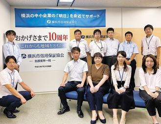 7月20日に開所10周年を迎えた岡田淳一支所長(後列左端)ら北部支所の職員たち