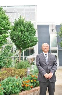 小机校舎の前に立つ、中田聡センター長。整備された植栽は、職員と生徒が一緒に手入れを行っている
