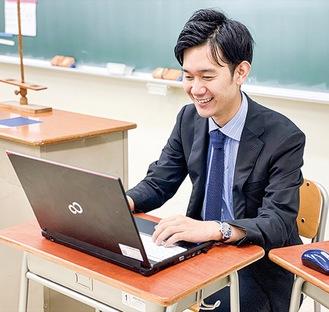 オンライン授業を行う教諭