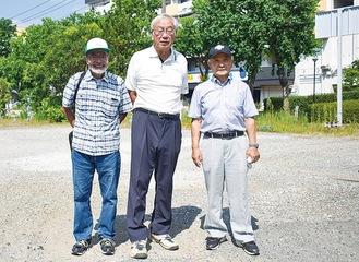 開催予定地に立つ(右から)麻生さん、石井さん、川口代表