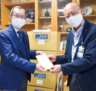 小澤区長(右)に目録を手渡す舟橋会長(左)