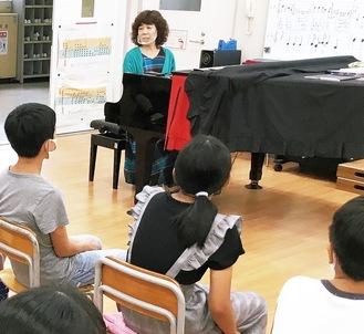 木村さんと音楽作りに取り組む子どもたち