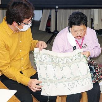 制作した刺繍を語る金子さん(右)