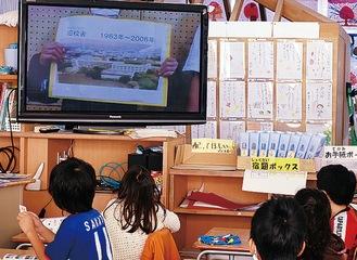 モニターに映し出された動画に注目する児童