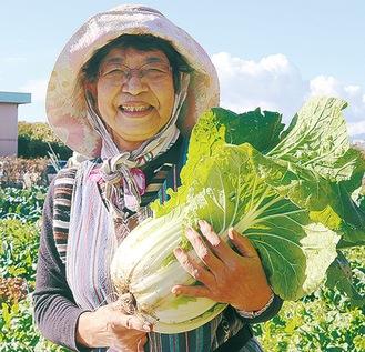 収穫した白菜を持つ利用者